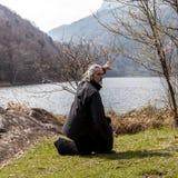 Reifer Mann, der draußen Tai Chi-Disziplin übt lizenzfreie stockfotos