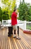 Reifer Mann, der durch das Trinken des Bieres auf Patio im Freien sich entspannt Lizenzfreies Stockfoto