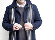 Reifer Mann, der einen Marine-Blau-Winter-Mantel trägt Lizenzfreie Stockfotos