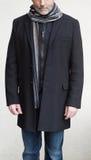 Reifer Mann, der einen schwarzen Winter-Mantel trägt lizenzfreies stockbild