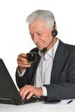 Reifer Mann, der Laptop verwendet Lizenzfreie Stockbilder