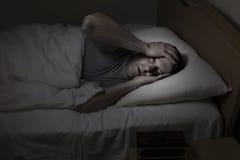 Reifer Mann, der Problem Schlafen hat stockfotografie