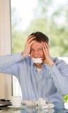 Reifer Mann, der Raserei bei der Arbeit ausdrückt Stockfotografie