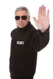 Reifer Mann, der Stoppschild gestikuliert Stockfotografie