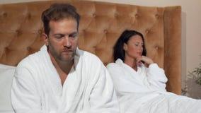 Reifer Mann, der zur Kamera nachdem dem Streiten mit seiner Frau schaut stock video footage