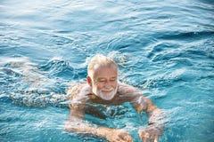 Reifer Mann in einem Swimmingpool lizenzfreie stockbilder