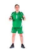 Reifer Mann gekleidet in der grünen Sportkleidungsaufstellung Stockfotos