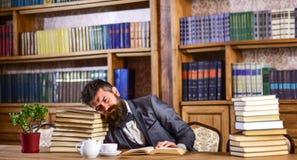 Reifer Mann hat Gesicht ermüdet und schaut überarbeitet lizenzfreie stockfotos