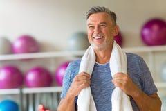 Reifer Mann im Fitnessstudio stockfotografie