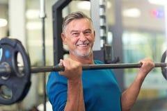 Reifer Mann im Fitnessstudio lizenzfreie stockfotos