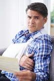 Reifer Mann-Lesebuchstabe über Verletzung lizenzfreies stockfoto