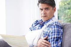 Reifer Mann-Lesebuchstabe über Verletzung lizenzfreies stockbild