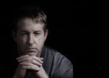Reifer Mann mit deprimiertem Blick Stockbilder