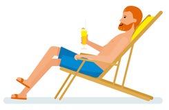 Reifer Mann mit einem Cocktail, das in einem Stuhl auf einem Strand sitzt Lizenzfreie Stockbilder
