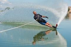 Reifer Mann-Slalom-Wasserski Stockfoto