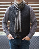 Reifer Mann-stehende Außenseite mit einer Wollweste und -schal im Winter Lizenzfreies Stockfoto