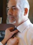 Reifer Mann-stehender Sohn, der Krawatte bindet Stockfotografie