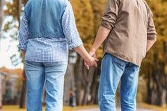 Reifer Mann und Frau, die in Natur geht Lizenzfreie Stockfotos