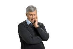 Reifer Mann verloren in den tiefen Gedanken Stockfotografie