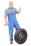 Reifer Mechaniker, der einen Daumen aufgibt Stockfotos