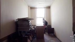 Reifer netter kahler Mann spricht am Telefon im Tageslichtraum mit alten Möbeln stock video footage