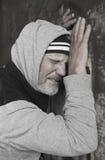 Reifer Obdachloser schreiend und beunruhigt stockfotos