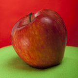 Reifer roter Apfel Lizenzfreie Stockbilder