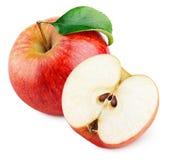 Reifer roter Apfel mit dem halben und grünen Blatt lokalisiert auf Weiß Lizenzfreies Stockbild