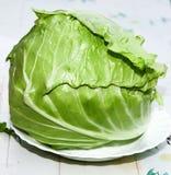 Reifer Salat des Kachan-Kohl-Grüns in der Küche, die Borschtsch-DP kocht Lizenzfreies Stockbild