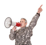Reifer Soldat Shouting Through Megaphone Lizenzfreie Stockfotografie