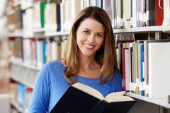 Reifer Student in der Bibliothek stockfotografie