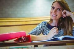 Reifer Student, der Kenntnisse im Vorlesungssal nimmt Stockbilder