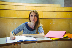 Reifer Student, der Kenntnisse im Vorlesungssal nimmt Lizenzfreies Stockfoto