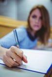 Reifer Student, der Kenntnisse im Vorlesungssal nimmt Lizenzfreie Stockfotos
