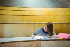 Reifer Student, der Kenntnisse im Vorlesungssal nimmt Stockfotografie