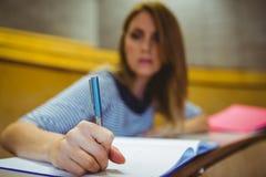 Reifer Student, der Kenntnisse im Vorlesungssal nimmt Lizenzfreie Stockfotografie