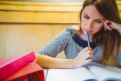 Reifer Student, der Kenntnisse im Vorlesungssal nimmt Stockfoto