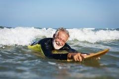 Reifer Surfer bereit, eine Welle zu fangen lizenzfreies stockfoto