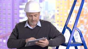 Reifer Vorarbeiter, der an PC-Tablette arbeitet stock video footage
