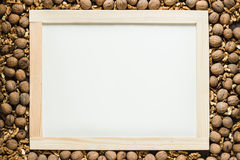 Reifer Walnussrahmen um leere schwarze Tafel Lizenzfreies Stockbild