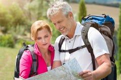 Reifer Wanderer, der Karte betrachtet Stockfotos