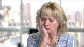 Reifes blondes Leiden von der Zahnschmerzen stock video footage
