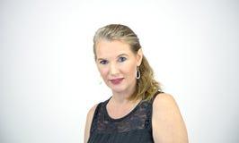 Reifes blondes weibliches schauendes Kamera-Lächeln Stockbilder