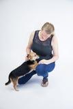 Reifes blondes weibliches Spielen mit Hund Stockfoto