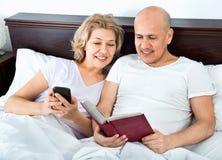 Reifes der Paare Social Networking zusammen Lizenzfreie Stockfotos