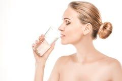 Reifes Frauenschönheitsgesundheitswesen lokalisiert auf Weiß Stockfotos