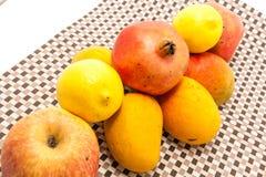 Reifes Gelbes und Rot färbten Mangofrüchte auf Mattenhintergrund Stockbilder