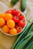 Reifes Gemüse für eine geschmackvolle Salatlüge auf dem Tisch Nahaufnahme stockbild