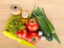 Reifes Gemüse und Messer Stockbild