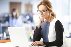 Reifes Geschäftsfrauporträt Stockfotos